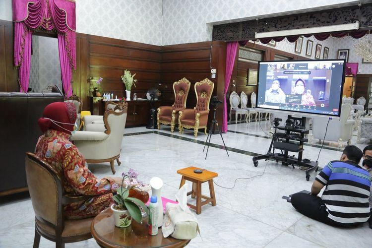 Wali Kota Surabaya Tri Rismaharini menggelar pertemuan dengan seluruh Kepala Sekolah Dasar (SD) Negeri dan Swasta di Surabaya melalui video teleconference (vidcon), dirumah dinas wali kota Surabaya, Sabtu (26/9/2020).