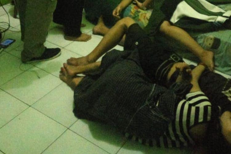 Foto penggerebekan di Indekos Kawasan Pancoran Mas, Depok, Jawa Barat, Senim (25/3/2019).