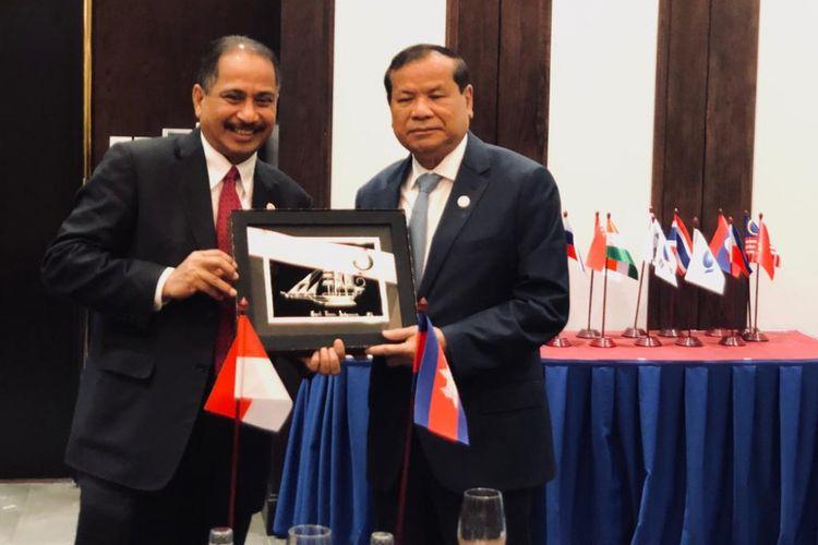 Menteri Pariwisata Arief Yahya dan Menteri Pariwisata Kamboja, Thon Kon di sela-sela acara ATF 2019, ASEAN Tourism Forum 2019 di Ha Long Bay, Vietnam, Jumat, (18/1/2019).