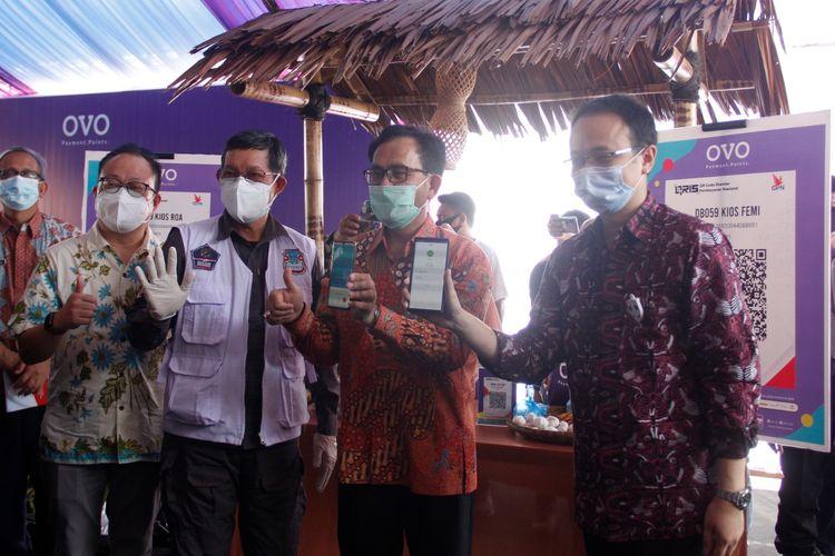 Wakil Menteri Perdagangan Jerry Sambuaga melakukan digitalisasi pasar tradisional di Pasar Bersehati, Manado, Sulawesi Utara, Jumat (2/10/2020).