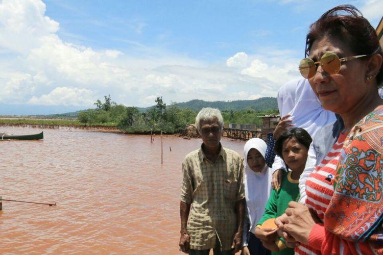Menteri Kelautan dan Perikanan Susi Pudjiastuti saat meninjau pesisir Desa Hakatutobu, Kecamatan Pomala, Kabupaten Kolaka