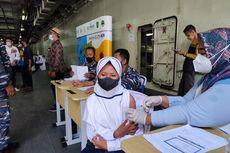 TNI AL Suntik Vaksinasi Pelajar di Atas Kapal Perang