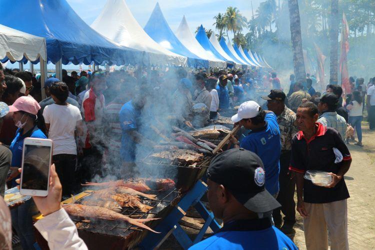 Festival Ayo Makan Ikan yang diselenggarakan bersamaan dengan Festival Bahari Raja Ampat 2017. Ratusan warga menyantap ikan yang dibakar sepanjang 70 meter.