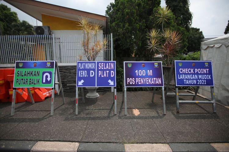 Plang-plang petunjuk telah dipasang untuk memeriksa kendaraan yang keluar atau masuk Kota Bandung.