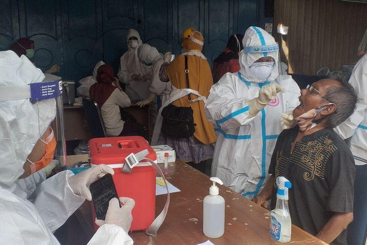 Sejumlah warga mengikuti rapid test dan test swab PCR massal yang gelar Pemkot Pekanbaru, Riau, di Pasar Sukaramai Jalan Jenderal Sudirman, Kecamatan Pekanbaru Kota, dalam rangka mencegah wabah Covid-19, Jumat (26/6/2020).