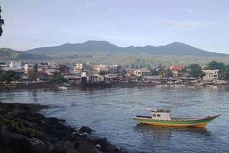 Pemandangan Teluk Manado jika tak tertutup warung-warung yang dibangun di bibir pantai.