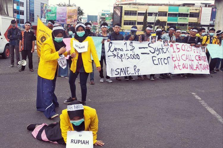 Puluhan mahasiswa Unsri turun ke jalan melakukan aksi demo di Bundaran Air Mancur (BAM) Palembang, Sumatera Selatan atas naiknya harga kurs dollar yang menginjak Rp 15.000, Kamis (6/9/2018).