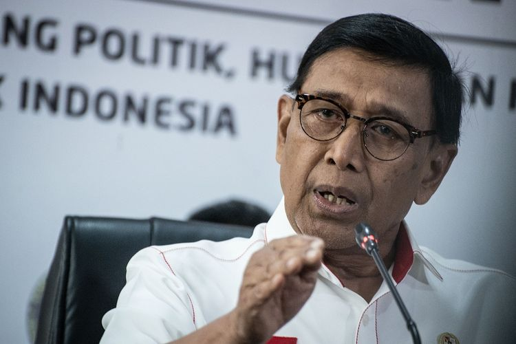 Menko Polhukam Wiranto memberikan keterangan pers terkait revisi UU KPK di Jakarta, Rabu (18/9/2019). Wiranto menegaskan agar masyarakat tidak perlu mencurigai lembaga negara terutama Presiden Joko Widodo terkait revisi undang-undang Komisi Pemberantasan Korupsi (UU KPK) yang telah disahkan menjadi undang-undang dalam Rapat Paripurna DPR pada Selasa (17/9), karena pemerintah sendiri tidak menginginkan pemberantasan korupsi dan pencegahannya menjadi tumpul di Indonesia. ANTARA FOTO/Aprillio Akbar/nz.