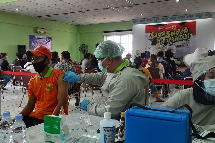 Pedagang Pasar Induk Kramatjati, Jakarta Timur, mulai menjalani vaksinasi Covid-19. Foto diambil pada Selasa (9/3/2021).