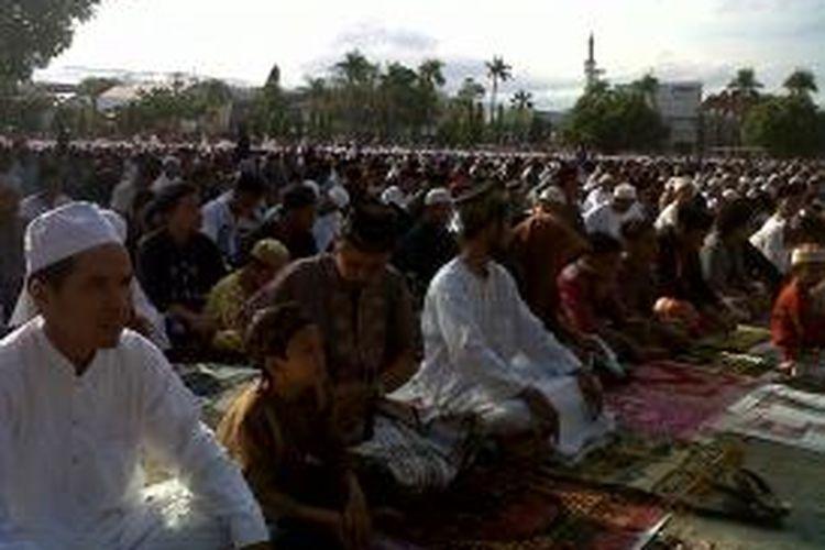 Warga Parepare, Sulawesi Selatan, melaksanakan shalat Idul Adha di Lapangan Andi Makassau, Selasa (15/10/2013).
