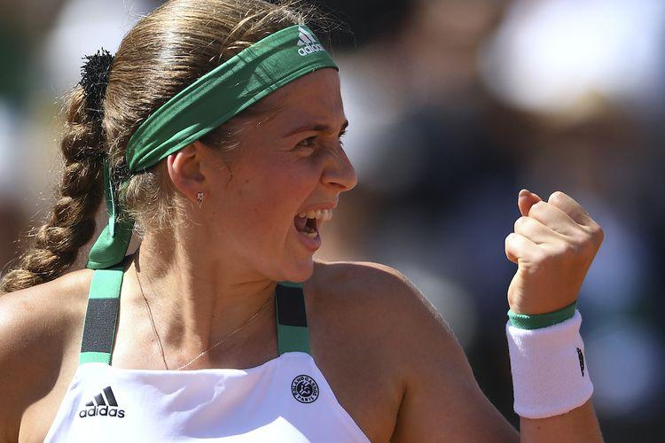 Petenis putri Latvia, Jelena Ostapenko, bereaksi setelah meraih poin atas Timea Bacsinszky dari Swiss pada babak semifinal Perancis Terbuka (Roland Garros) di Paris, Kamis (8/6/2017).