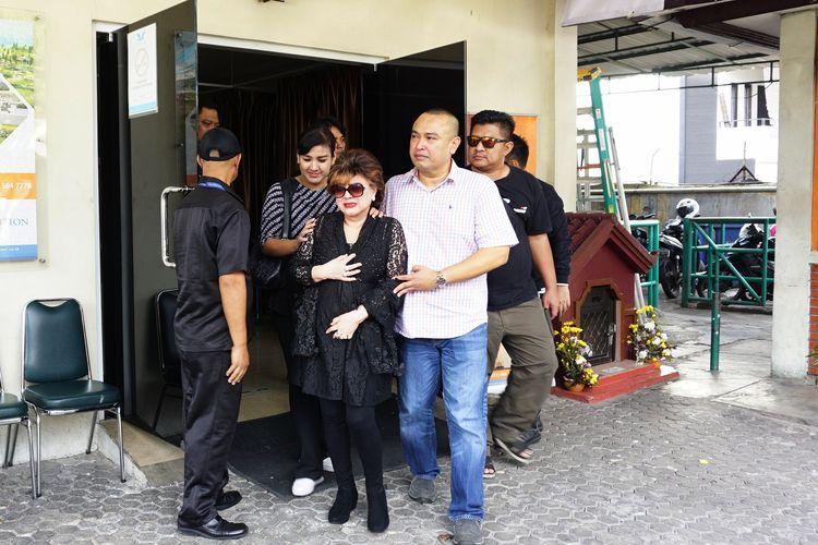 Istri Mus Mulyadi, Helen Sparingga dan putranya, Erick Haryadi tampak menangis saat keluar dari pemulasaraan jenayah Rumah Duka Dharmais, Jakarta Barat, Kamis (11/4/2019).