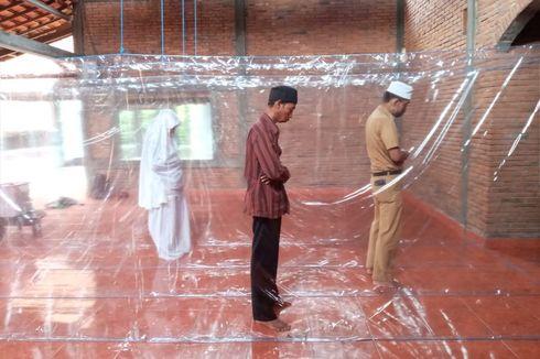 Pasang Tirai Plastik, Shalat Berjemaah di Mushala Ini Tetap Berjalan