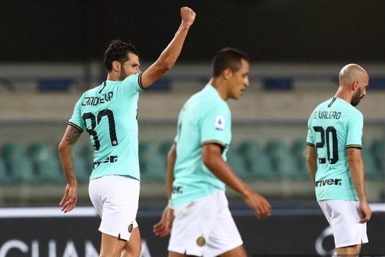 Antonio Candreva mengepalkan tangan setelah berhasil mencetak gol dalam laga Hellas Verona vs Inter Milan pada pekan ke-31 Liga Italia 2019-2020.