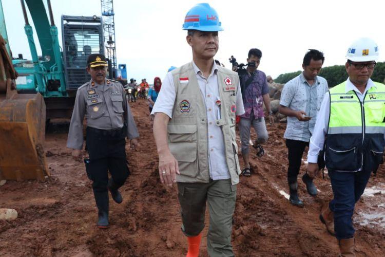 Gubernur Jawa Tengah Ganjar Pranowo, saat melihat pengerjaan proyek tanggul penahan rob dan banjir di pesisir utara Kota Pekalongan, Rabu (30/1/2019).