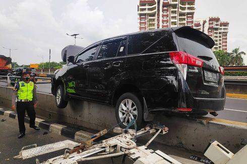 Mobil Tabrak Separator Flyover Kuningan, Polisi: Kurang Hati-hati lalu Mobil Oleng