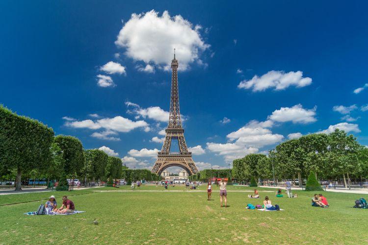 Pengunjung menyaksikan pemandangan Eiffel dari Champs de Mars di Paris