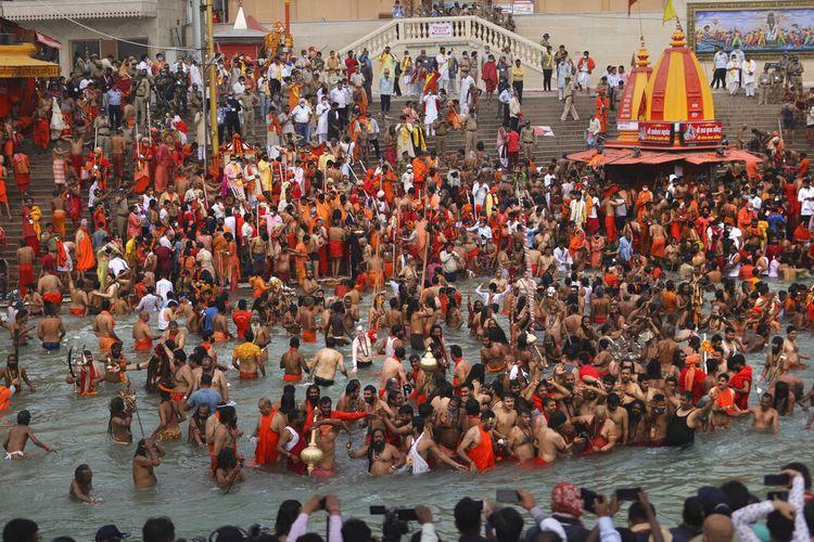 Umat Hindu berendam di Sungai Gangga selama Kumbh Mela, atau festival kendi, salah satu ziarah paling suci dalam agama Hindu, di Haridwar, negara bagian utara Uttarakhand, India, Senin (12/4/2021).