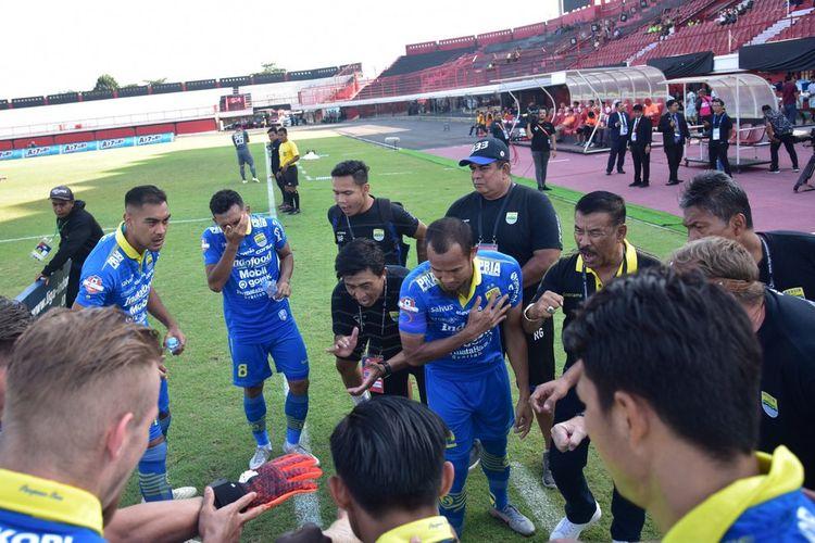 Para pemain Persib Bandung saat berkumpul jelang laga Persib vs Persija di Stadion Kapten I Wayan Dipta, Gianyar, Senin (28/10/2019).