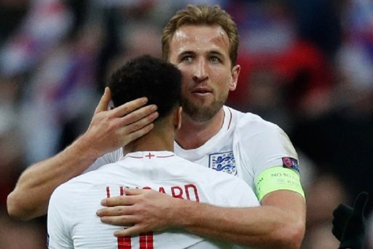 Jesse Lingard dan Harry Kane merayakan gol mereka pada laga Inggris vs Kroasia di Stadion Wembley dalam lanjutan UEFA Nations League, 18 November 2018.