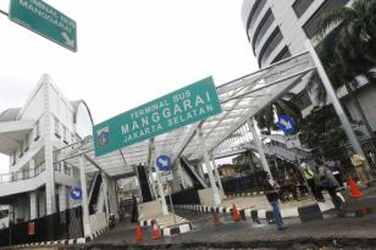 Wajah baru Terminal Bus Manggarai, Jakarta Selatan, yang tengah direnovasi, Rabu (5/2/2014). Renovasi total Terminal Manggarai dimulai dari pembangunan gedung kantor menjadi empat lantai, halte Transjakarta, dan jalur pejalan kaki yang terintegrasi dengan halte.