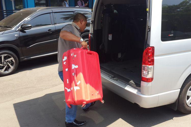 Seorang petugas menaruh koper yang digunakan penyidik KPK saat menggeledah Kantor Badan Pendapatan Daerah (Bapenda) Kabupaten Malang, Rabu (10/10/2018)