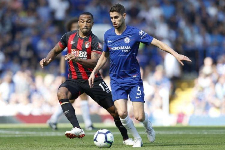 Jorginho dibayang-bayangi Callum Wilson saat Chelsea menjamu AFC Bournemouth pada pertandingan Premier League di Stadion Stamford Bridge, 1 September 2018.