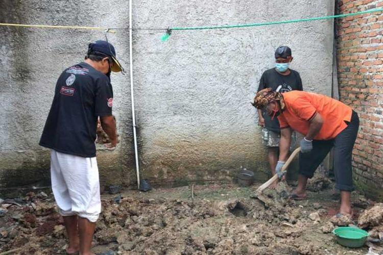 Tim forensik RS Polri dibantu Automatic Fingerprint Identification System (Inafis) Polres Bogor mengidentifikasi jenazah perempuan tanpa identitas yang dikubur di belakang kontrakan di Desa Kapasiran, Kecamatan Parung Panjang, KabupatenBogor, Jawa Barat, Jumat (8/5/2020) siang.