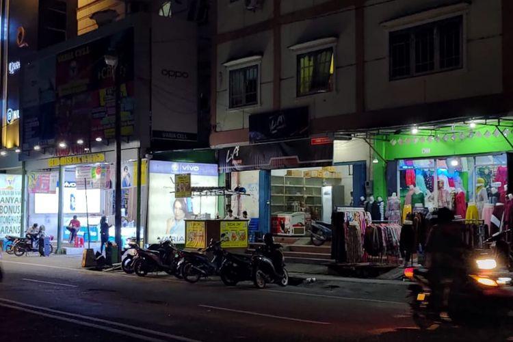 Sejumlah toko non sembako masih buka selama penerapan PSBB di beberapa ruas jalan Kota Tarakan, Kalimantan Utara, Minggu (26/4/2020) malam. Padahal jam tutup harusnya pukul 15.00 Wita.