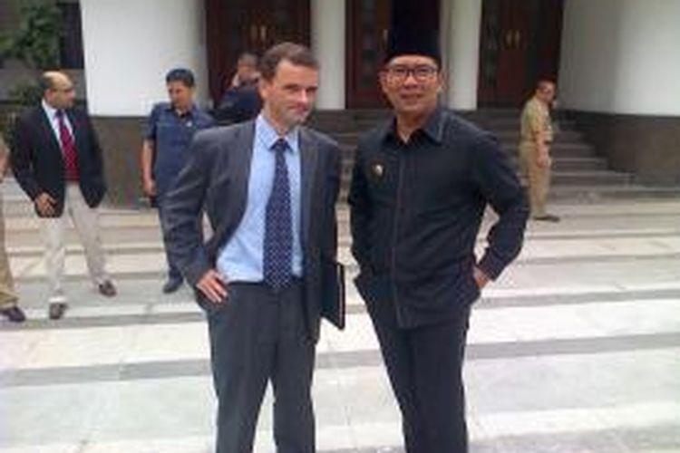 Wali Kota Bandung, Ridwan Kamil (kanan) bersama Duta Besar Kerajaan Belgia untuk Indonesia, Patrick Hermann (kiri).