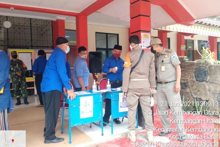 Penyaluran kartu ATM Bank DKI untuk distribusi bantuan sosial tunai (bst) di Kembangan Utara pada Kamis (21/1/2021).