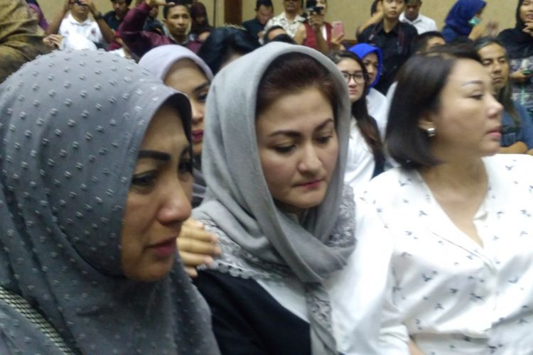 Ekspresi istri Setya Novanto, Deistri Astriani saat hakim membacakan vonis terhadap suaminya di Pengadilan Tipikor, Jakarta, Selasa (24/4/2018).