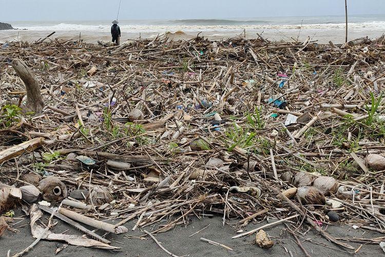 Limbah kayu dan sampah rumah tangga menumpuk di muara Sungai Progo, Kulon Progo, Daerah Istimewa Yogyakarta. Kondisi berulang setiap kali musim hujan.