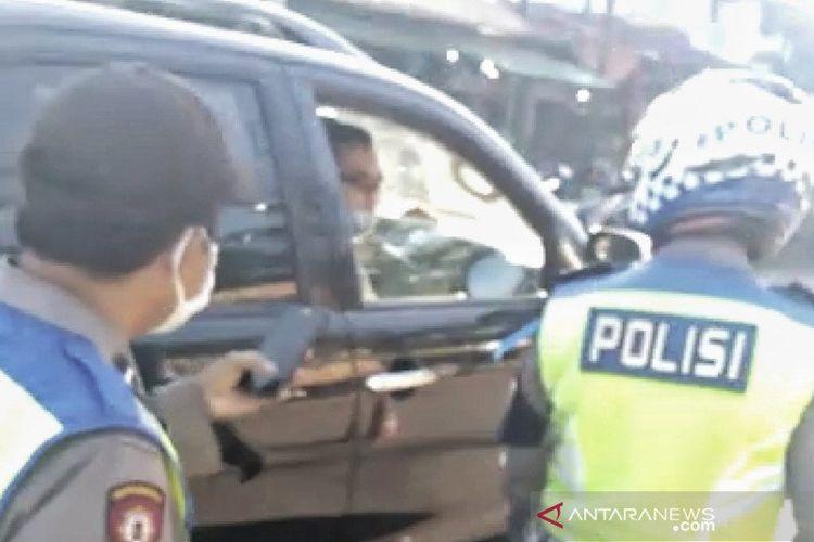 Cuplikan video oknum polisi tak bermasker marahi polisi yang berjaga di Pos PSBB Kecamatan Ciparay, Kabupaten Bandung, Senin (25-5-2020). ANTARA/HO