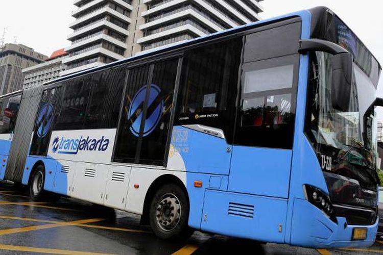 Bus transjakarta melintas di stasiun bank indonesia di Jalan MH Thamrin, Sarinah, Jakarta Pusat, Sabtu (14/1/2017).