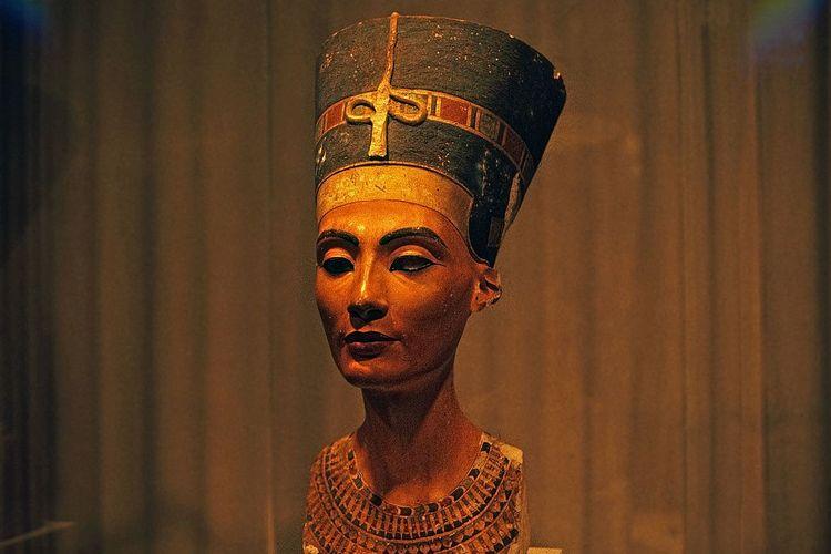 Patung Ratu Nefertiti, ratu Mesir yang dipajang di Ägyptisches Museum Berlin, Jerman.