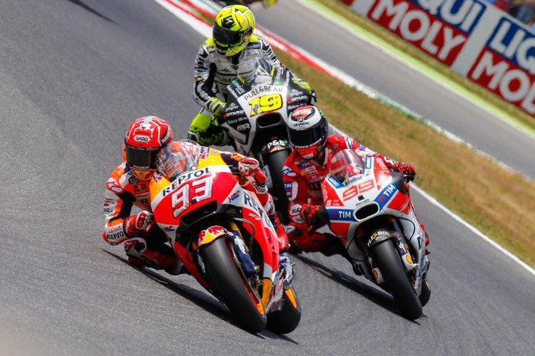 Pebalap Repsol Honda Team asal Spanyol, Marc Marquez (depan), memacu motornya di depan Jorge Lorenzo (Ducati Team) dan Alvaro Bautista (Aspar Team) pada balapan GP Italia di Sirkuit Mugello, Minggu (4/6/2017).