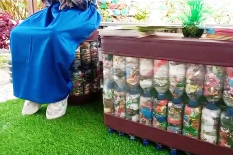Konsep ecobrick yang diterapkan di SDN Sukatani Mayak Cianjur mampu menghasilkan produk furnitur yang bernilai estetika tinggi.