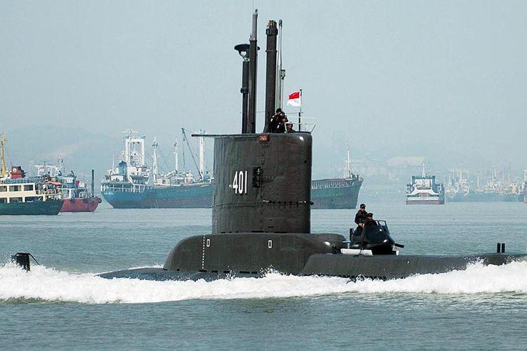 Kapal selam KRI Cakra 401 dalam sebuah latihan di perairan Selat Madura, Jawa Timur.