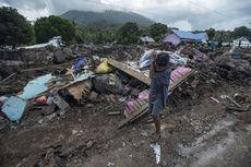 KRI Tanjung Kambani-971 Distribusikan Bantuan untuk Korban Bencana di NTT