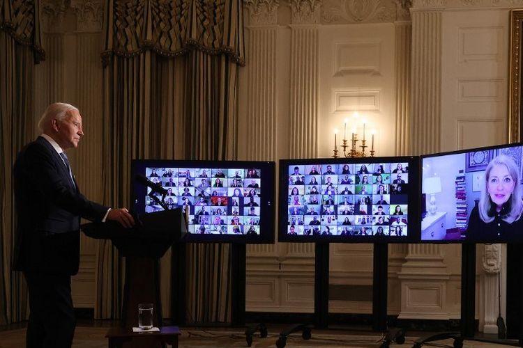 Presiden AS Joe Biden melakukan sumpah virtual dalam upacara anggota pemerintahan barunya melalui Zoom hanya beberapa jam setelah pelantikannya di Ruang Makan Negara di Gedung Putih pada (20/1/2021)