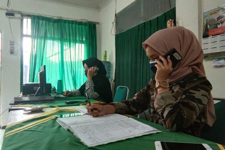 Petugas Call Center Gugus Tugas Percepatan dan Penanganan Covid-19 Karawang tengah menerima telepon pengaduan warga, Rabu (8/4/2020).