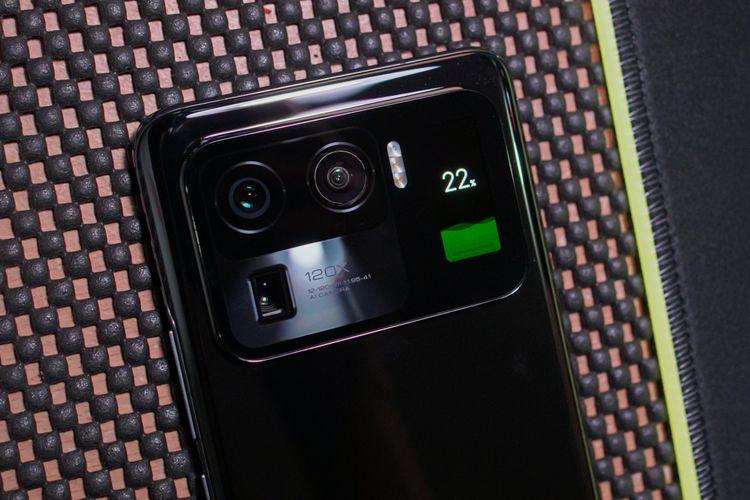 Di samping itu, layar kedua juga bisa menampilkan informasi yang berguna seperti keterangan waktu serta indikator isi baterai saat charging.