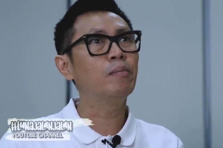 Eko Patrio menjelaskan bisnisnya Komando kepada Luna Maya. (Bidikan layar YouTube Luna Maya).