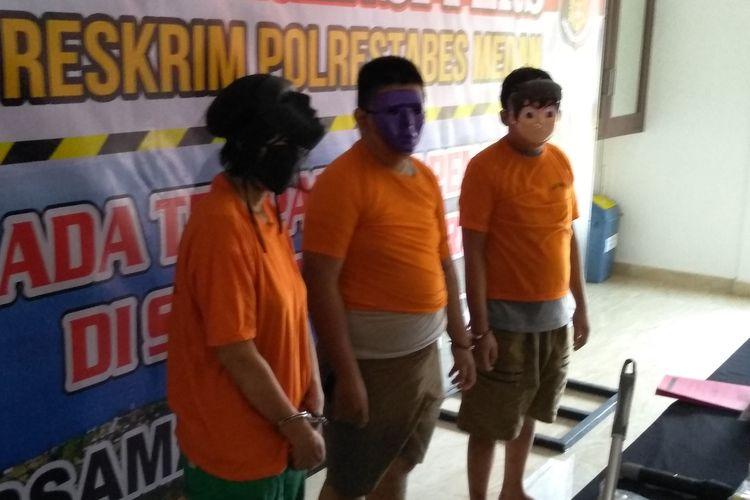Para tersangka kasus pembunuhan berrencana terhadap perempuan berinisial EL di komplek Cemara Asri di Jalan Duku, Kecamatan Percut Sei Tuan, Deli Serdang pada Rabu (6/5/2020) siang, (dari kiri ke kanan) TS (56), ibu tersangka J, kemudian M (22) dan J (22) dihadirkan saat konferensi pers di Mapolrestabes Medan pada Jumat (8/5/2020) siang.