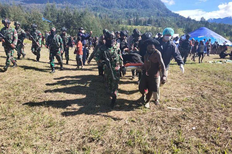Proses evakuasi jenazah Ali Mom (16 tahun) siswa kelas 1 SMAN 1 Ilaga, yang tewas dibunuh KKB di Kampung Uloni, Distrik Ilaga, Kabupaten Puncak, Papua, Jumat (16/4/2021)