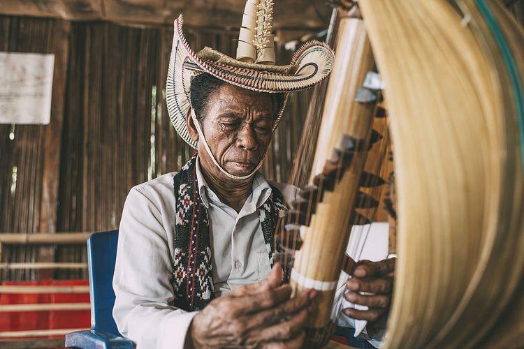 Alat musik sasando dimainkan oleh Jeremiah August Pah seniman musik di Rote, Nusa Tenggara Timur