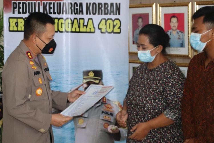 Kapolres Gresik AKBP Arief Fitrianto (kiri) saat menyerahkan SIM gratis dan percepatan pengurusan surat kendaraan bermotor kepada keluarga kru KRI Nanggala-402 di Mapolres Gresik, Senin (24/5/2021).