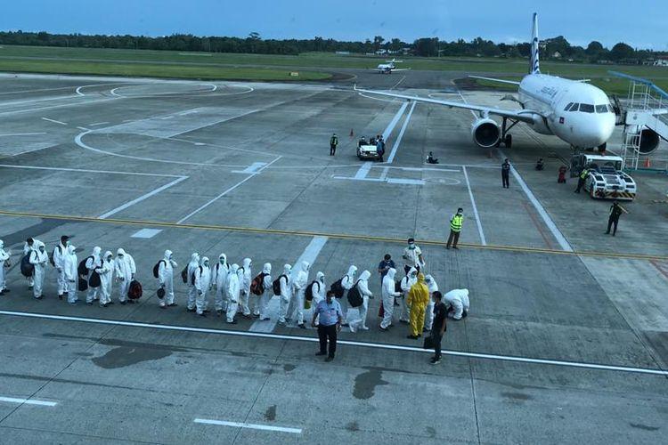 Sejumlah tenaga kerja asing bersiap pulang ke negaranya karena kontrak kerjanya habis.