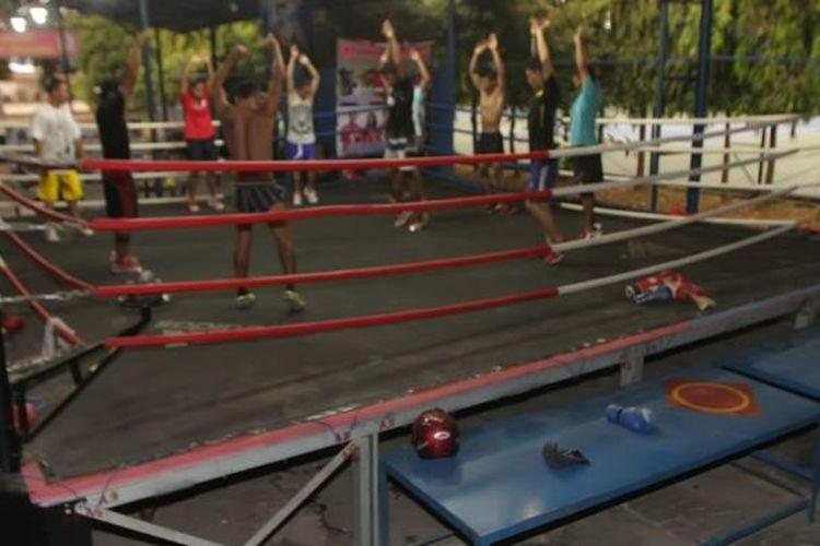 Sejumlah petinju anggota Sasana RE Amphibi Boxing Camp berlatih di sasana tinju Kompleks Marinir Cilandak, Jakarta Selatan, Kamis (28/11/2013). Sasana tinju ini dikabarkan akan digunakan untuk bertanding tinju antara Farhat Abbas melawan anak kedua Ahmad Dhani, El Jalaluddin Rumi atau El.